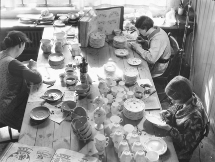 Wedgwood paintresses at the old Etruria factory in Staffordshire, c.1910.Courtesy Wedgwood Museum Trust, Barlaston, Staffordshire, England.